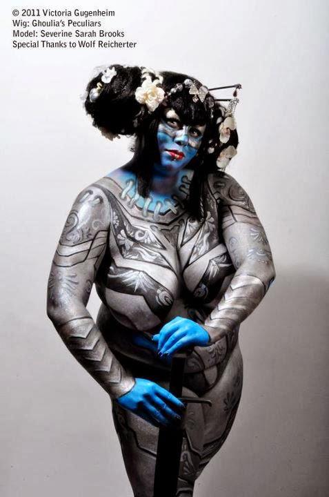modele BBW en body paint gris et bleu