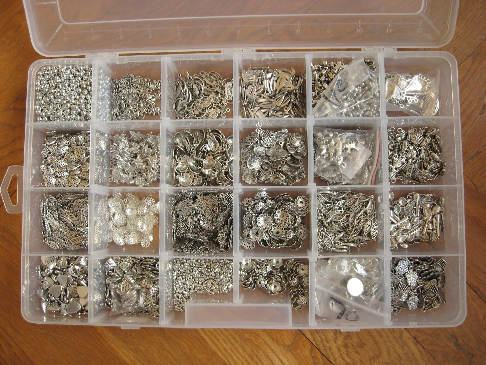 boîte rangement breloques apprêts bijoux