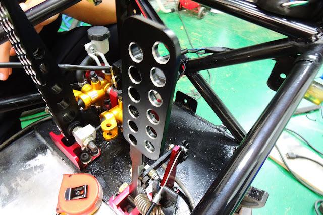 自行製作的油門與剎車踏板,油門踏板止檔處設了 ...