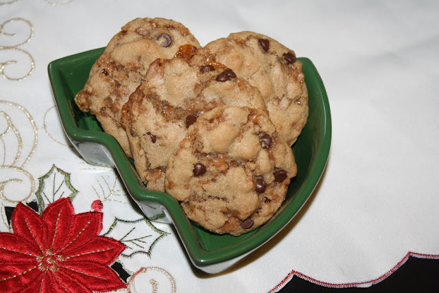 Featured Recipe | Chewy Toffee Chocolate Chip Cookies from Our Eating Habits #cookies #SRCHolidayTreats #toffee