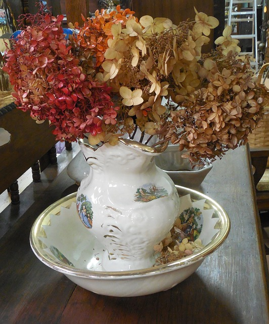 pichet ancien utilisé en vase