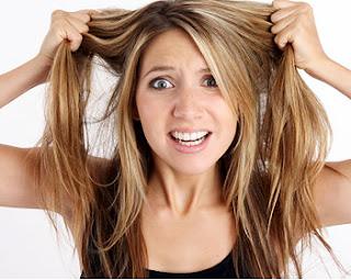 mal olor en el cabello, mal olor en el pelo, pelo con mal olor, enojada, ya no se que hacer, mujer estresada, mujer enojada, de mal humor, halandose el pelo, mujer molesta