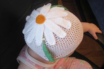 Летняя вязаная шапочка-ромашка для девочки