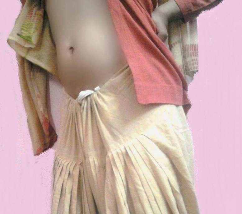 Malayalam Aunty Big Deep Navel Show in Saree indianudesi.com