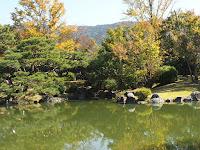 日本庭園があって東山連峰を背景に望む。