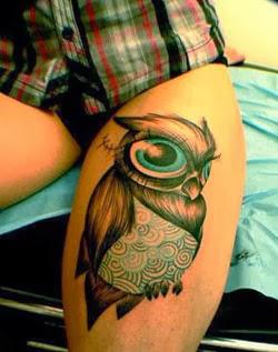 Desenhos de Tattoo de coruja na coxa feminina