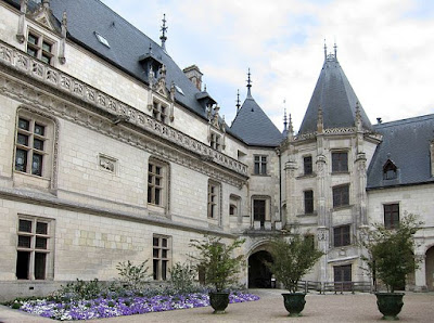 """Chaumont cour int"" by Velvet - Own work. Licensed under CC BY-SA 3.0 via Wikimedia Commons - http://commons.wikimedia.org/wiki/File:Chaumont_cour_int.JPG#/media/File:Chaumont_cour_int.JPG"