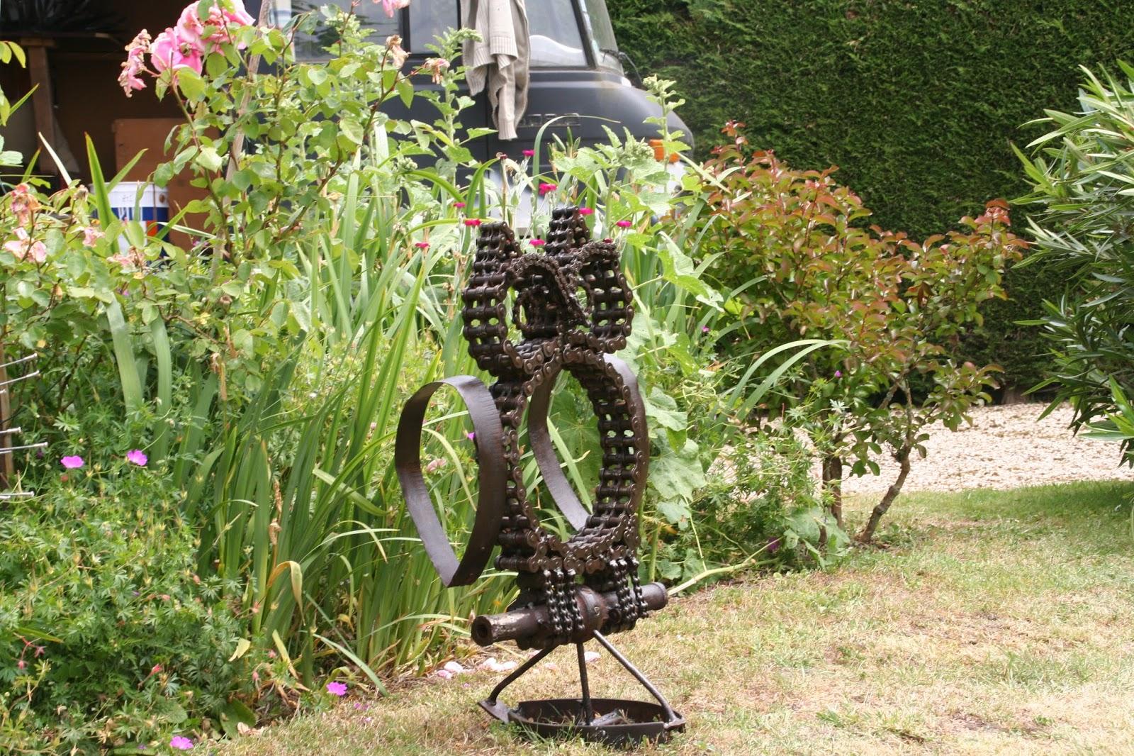 Les trucs de sam retour en image un jardin un artiste - Sculpture metal jardin ...
