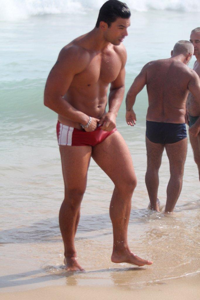 Gustavo Salyer ajeita a sunga após mergulho no mar