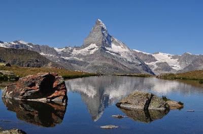 El Monte Cervino se encuentra ubicado en la frontera entre Suiza e Italia, en el límite entre el cantón de Valais y el Valle de Aosta.