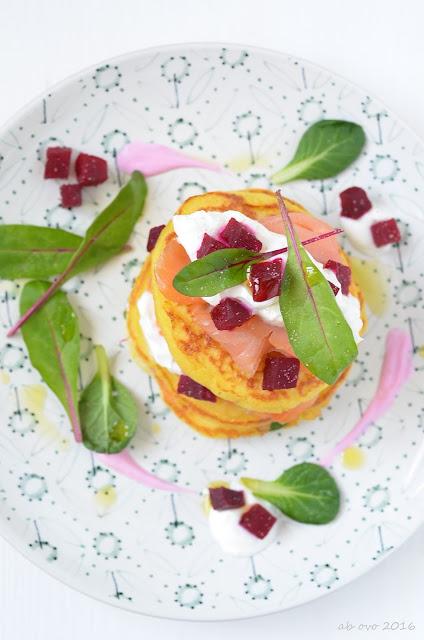 pancakes-di-patate-con-salmone-affumicato-barbabietola-e-panna-acida