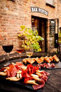Vinos y platos del Bar Pepito