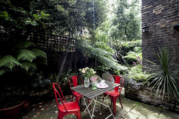 silla tolix roja en el jardín