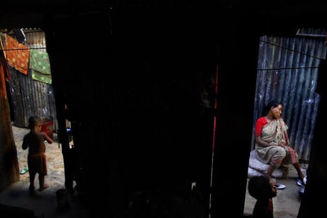 Fotografía: Mujer da a luz en los barrios bajos de Bangladesh
