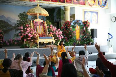 Kripalu Maharaj's disciple Diwakari Devi giving English lecture at Barsana Dham
