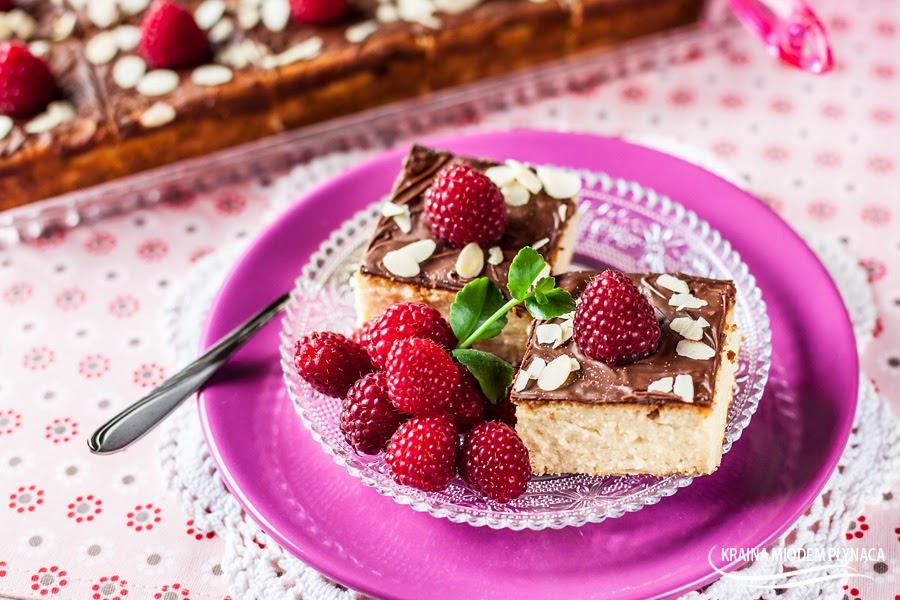 sernik pieczony, sernik waniliowy, sernik budyniowy, sernik z budyniem, sernik z malinami, sernik z czekoladą, sernik z owocami, maliny, polewa czekoladowa, czekolada, ciasto budyniowe, ciasto z budyniem, ciasto z owocami, ciasto z twarogiem, ciasto z serem, klasyczny sernik, najprostszy sernik, sernik wiedeński,, kraina miodem płynąca