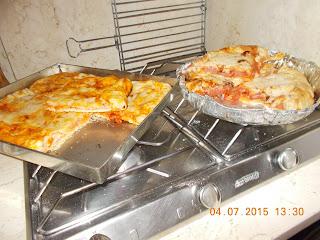 la parisien ovvero la pizza farcita - quick di zucchine- fusilli  con zucchine olive e peperoni - coscia di pollo con olive nere- spezzattino di  petto di pollo con peperoni