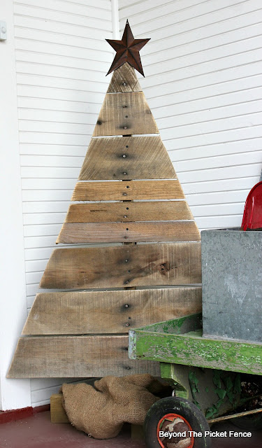 pallet tree, 12 days of Christmas, reclaimed wood, DIY, rustic Christmas, Christmas ideas,http://bec4-beyondthepicketfence.blogspot.com/2015/11/12-days-of-christmas-day-1-pallet-tree.html
