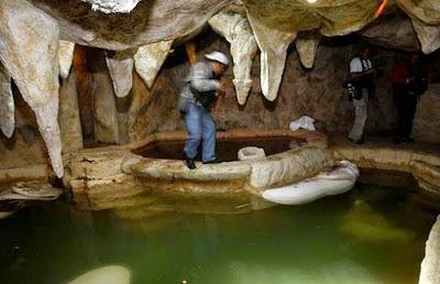 El hombre se hizo una cueva con jacuzzi dentro de la casa