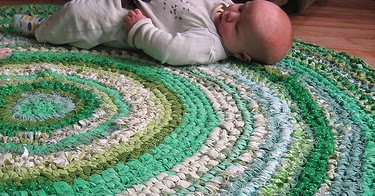 Háčkovaný koberec z látky