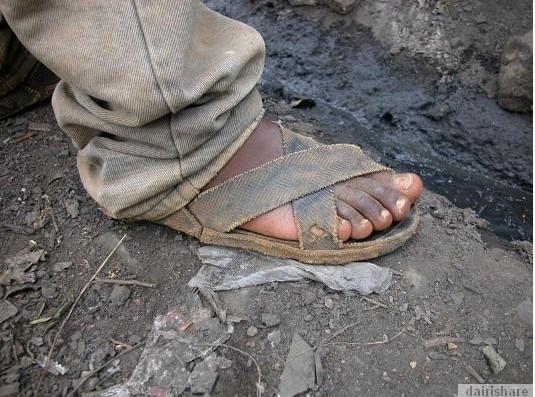 2013 08 23 214722 Kerana Kemiskinan Orang Afrika Buat Selipar Dari Tayar