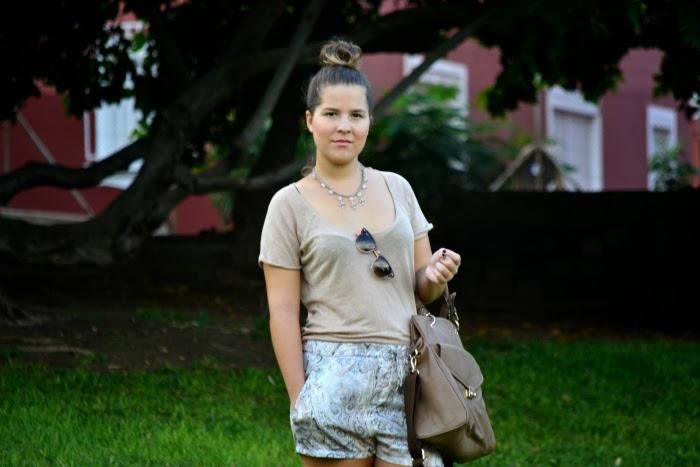 look_outfit_tonos_tierra_short_estampado_pañuelo_bailarinas_piel_Zara_nudelolablog_02