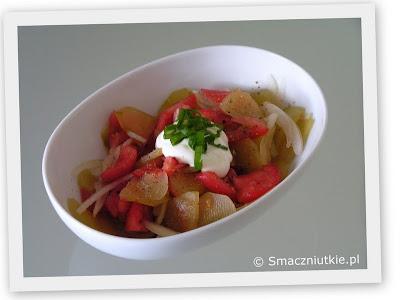 Sałatka z ogórków kiszonych z pomidorami