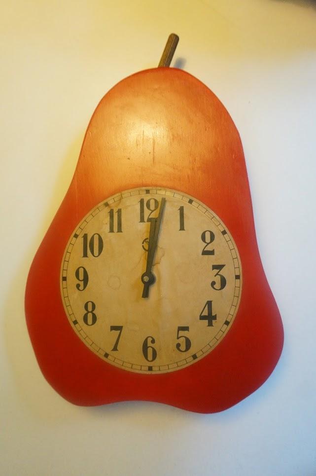 """horloge """"poire"""" en bois , digne d'un article de bricolage d'un magazine des années 70  a 70s wooden clock , pier shape ... diy vintage 1970"""