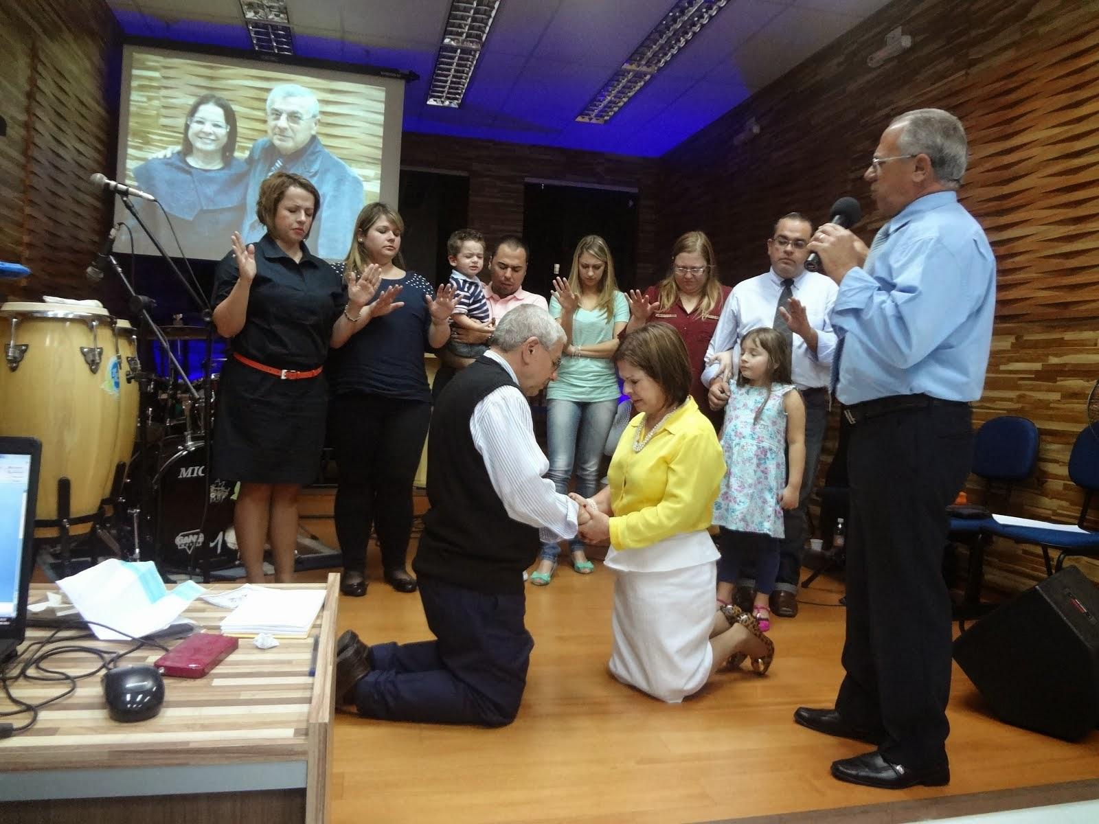 ANIVERSÁRIO CASAMENTO - Pr. Abilio e Pra. Vera e toda a família orando: 40 anos de casados
