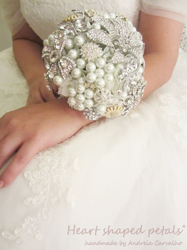 Bridal brooch bouquet with pearls
