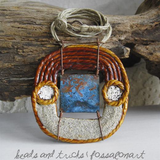 Collana con pendente in corda, rame con patina blu, sabbia e frammenti di conchiglia