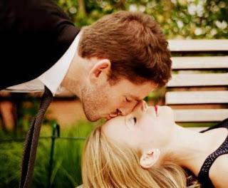 سبع خطوات لحياة جنسية أفضل وأصح للرجال  - رجل يقبل جبهة رأس حبيبته امرأة
