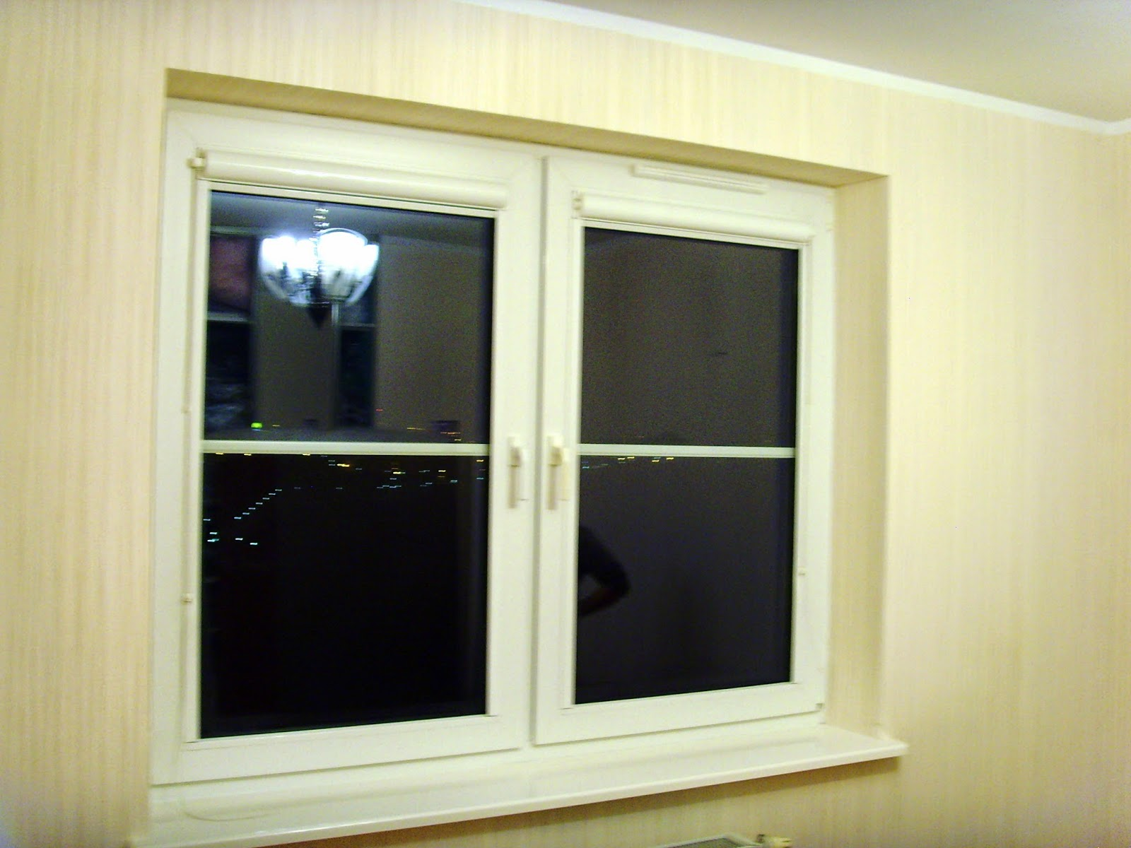 tapeta w pokoju obrobiona wokół okna