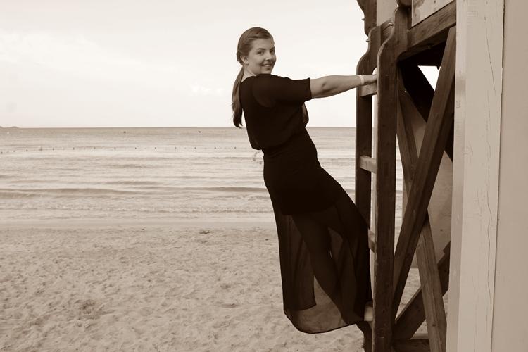 klettern am Strand im schwarzen Maxikleid h&m