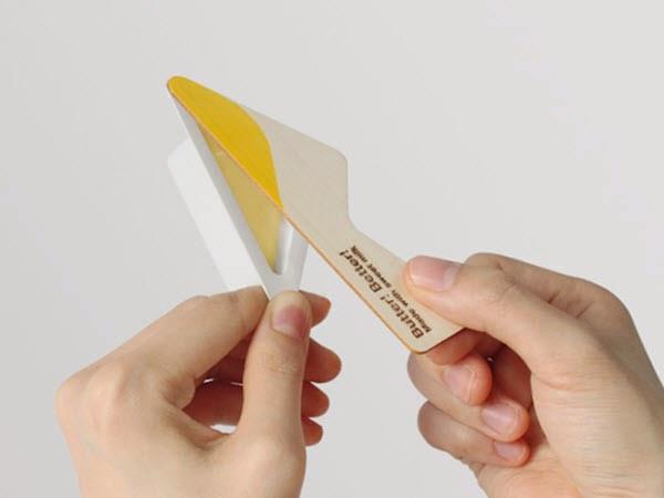 Embalagem que aproveita a tampa da manteiga como espátula.