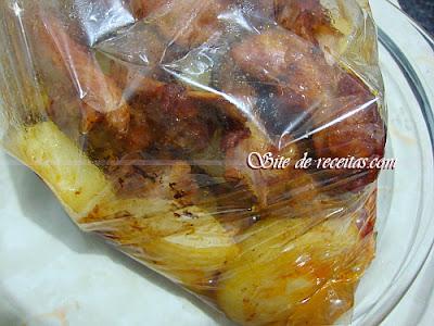 Costelinhas no celofane com batatas