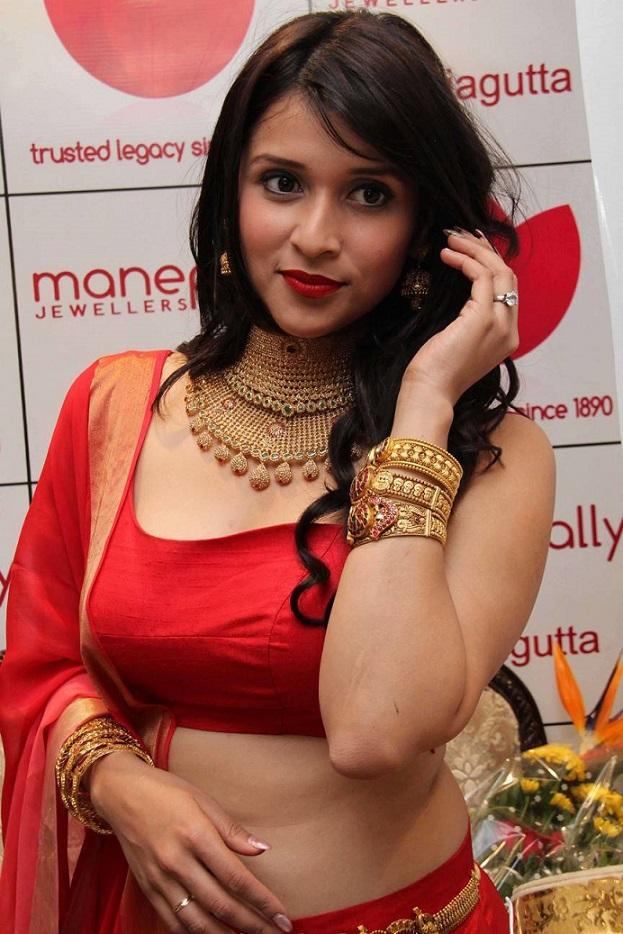 Mannara Chopra hot scene