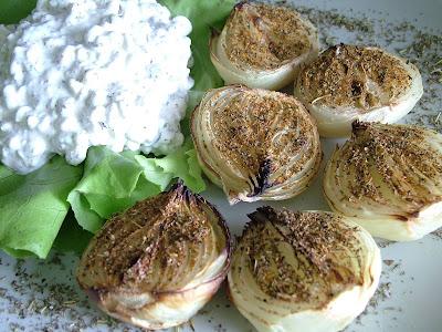 Pieczone cebule z serkiem ziołowym