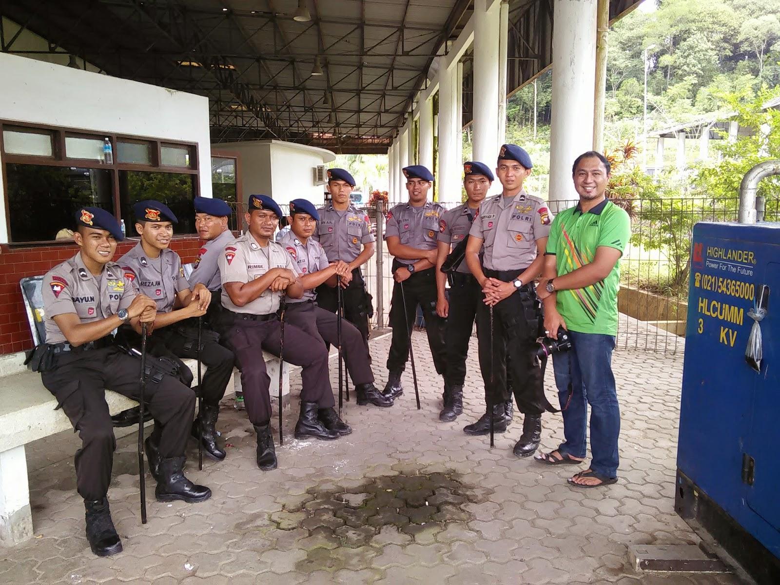 Bergambar dengan Polisi Indonesia