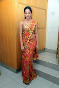anasuya sizzling saree stills-thumbnail-9
