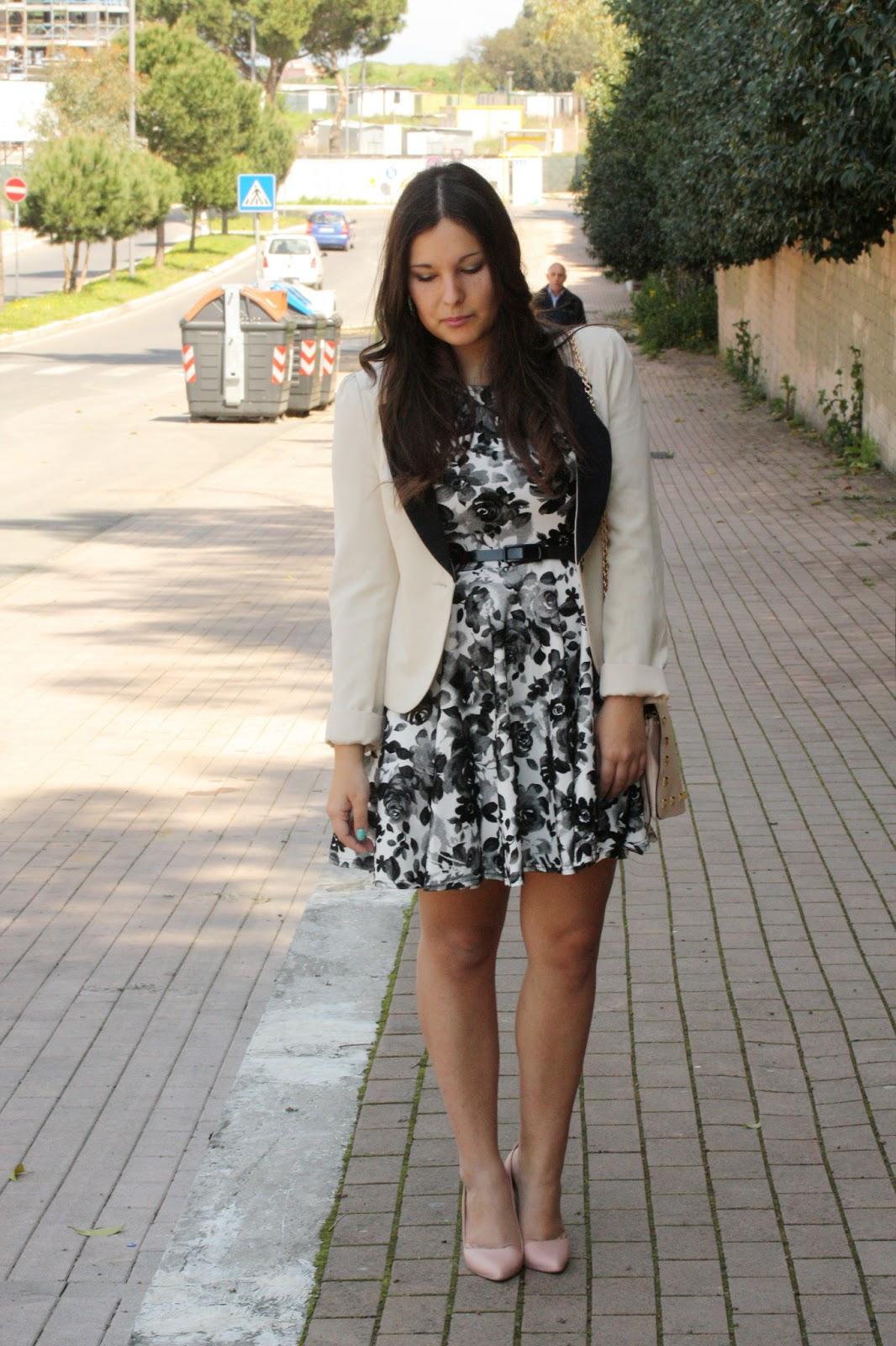 Vestito bianco e blu scarpe