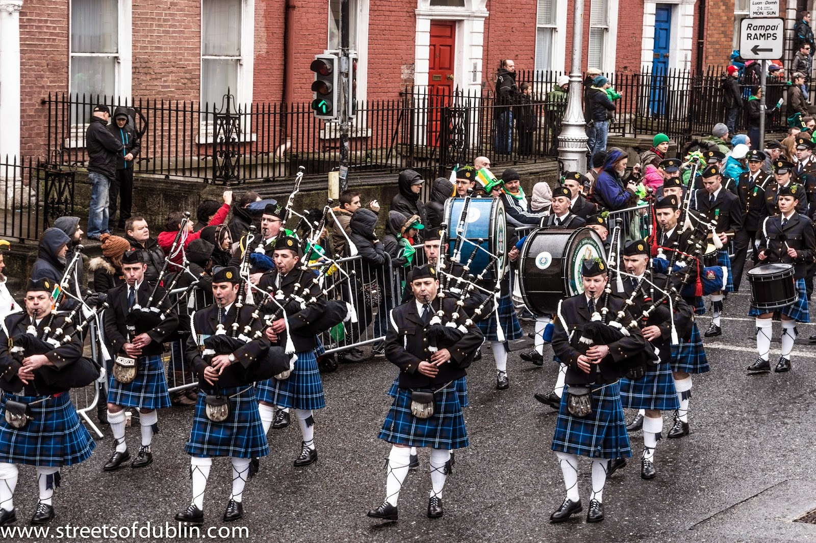 Frases De st-st patrick-saint patrick: Happy St Patick's Day  Bagpipers Band In