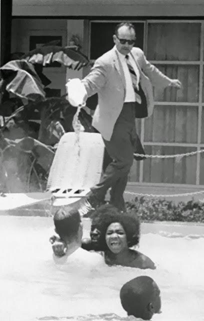 Владелец отеля заливает кислотой бассейн, в то время как черные люди плавают в нем, 1964 г.