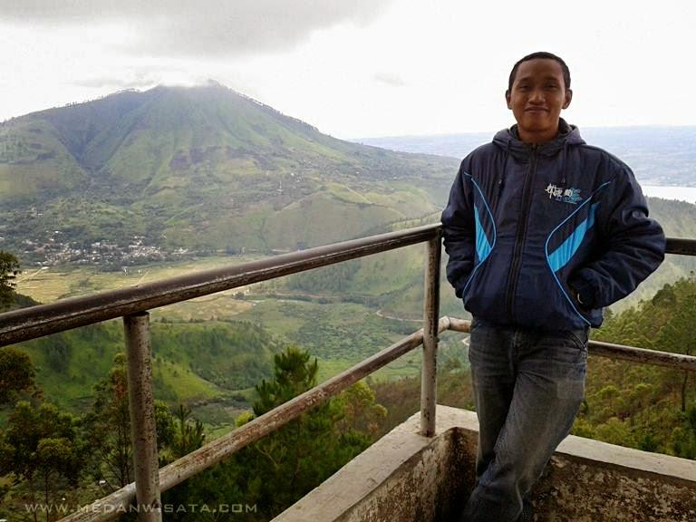 Memandang Hamparan Danau Toba dari Menara Pandang Tele, Samosir