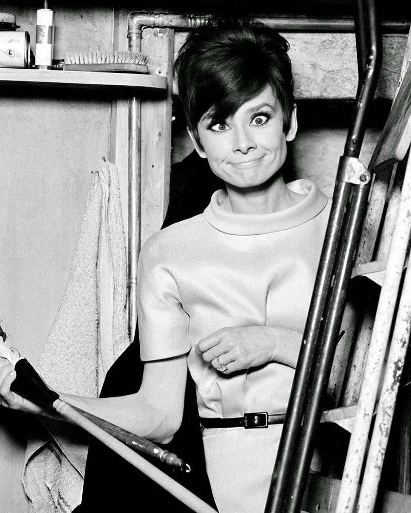 "Audrey Hepburn sul set di ""How to Steal a Million and ..."" (1966).  immagini divertenti cinema classico"