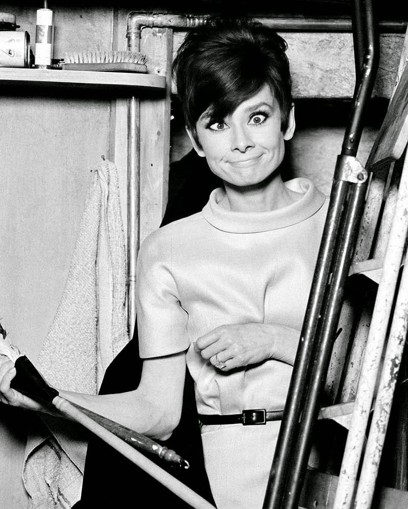 """Audrey Hepburn en el set de """"Cómo robar un millón y ..."""" (1966). fotos divertices cine clasico"""