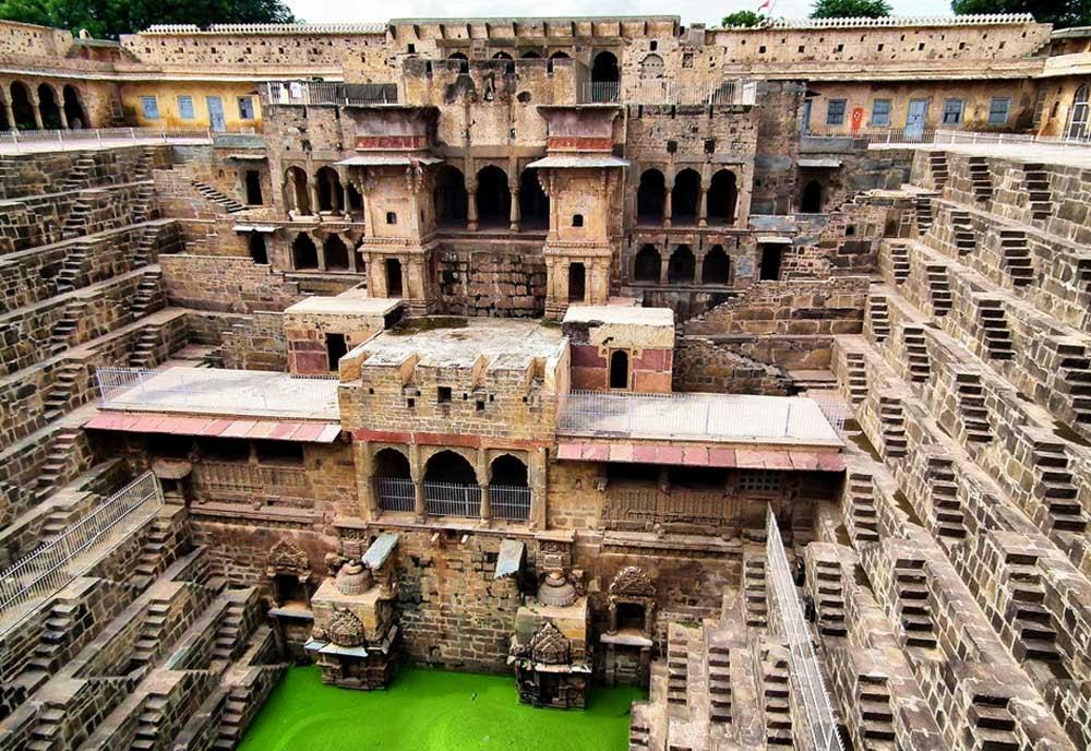 Chand India  city images : Ele está localizado em frente ao templo de Mata Harshat dedicado à ...