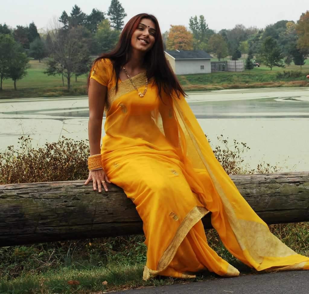 http://1.bp.blogspot.com/-87dIz_Pud2I/T9804QAIR3I/AAAAAAAABiU/BQ6lXopkyv0/s1600/actress-bhoomika-chawla-in-hot-saree-wallpapers_actressphotoszone_blogpsot_com_2.jpg
