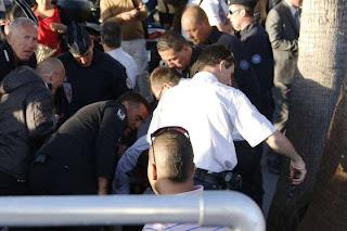 VIDEO. Un homme tire avec un pistolet à grenaille au Grand Journal de Cannes