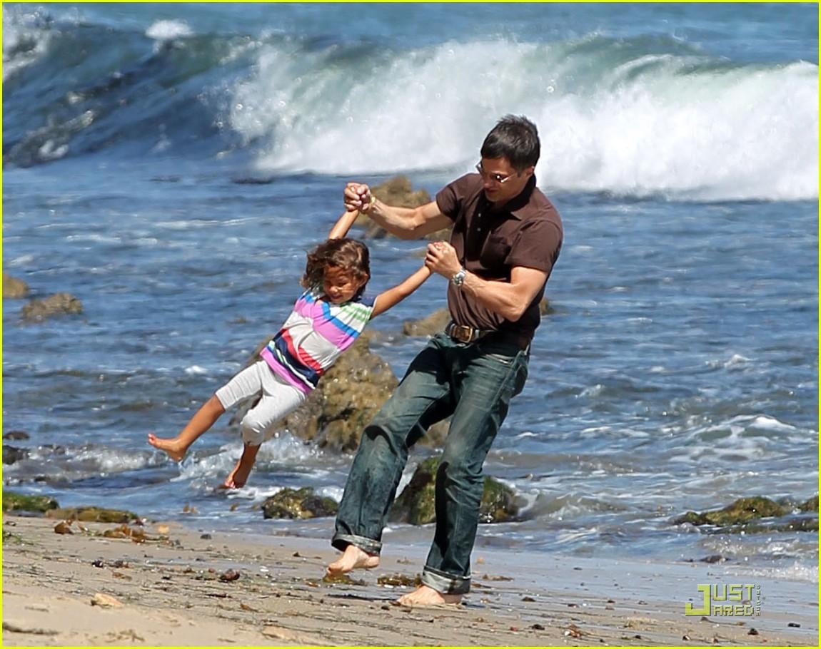 http://1.bp.blogspot.com/-87mDAEKM9tc/Tjq3ulHYBKI/AAAAAAAAN78/r76cmP5zrDM/s1600/olivier-martinez-nahla-beach-playtime-09.jpg